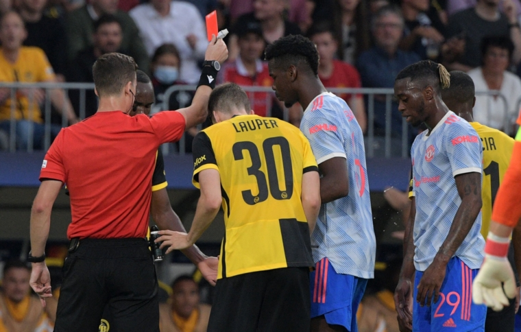 French referee Francois Letexier (L) shows a red card to Manchester United's English defender Aaron Wan-Bissaka (R) following a tackle on Young Boys' Luxembourgish midfielder Christopher Martins (unseen) during the UEFA Champions League Group F football match between Young Boys and Manchester United at Wankdorf stadium in Bern, on September 14, 2021. (Photo by SEBASTIEN BOZON / AFP) (Photo by SEBASTIEN BOZON/AFP via Getty Images)
